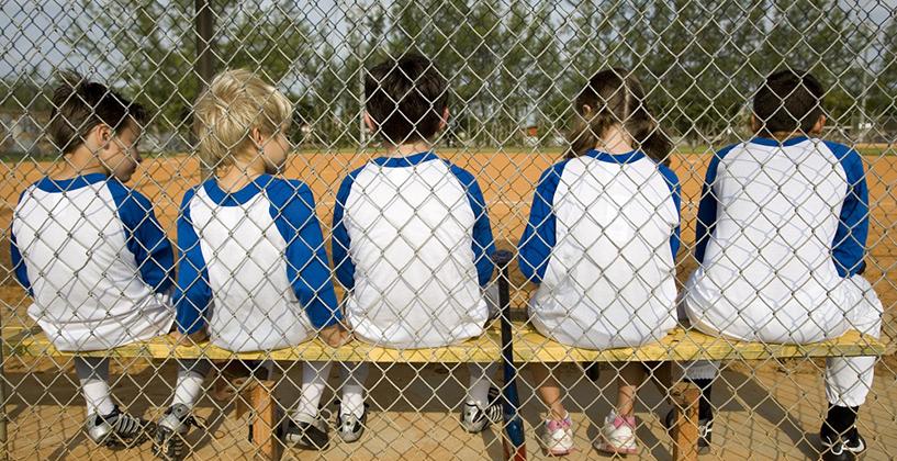 同じTシャツを着てベンチに座る子供