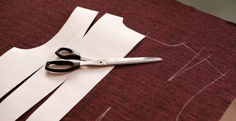カットソーの型紙とハサミ