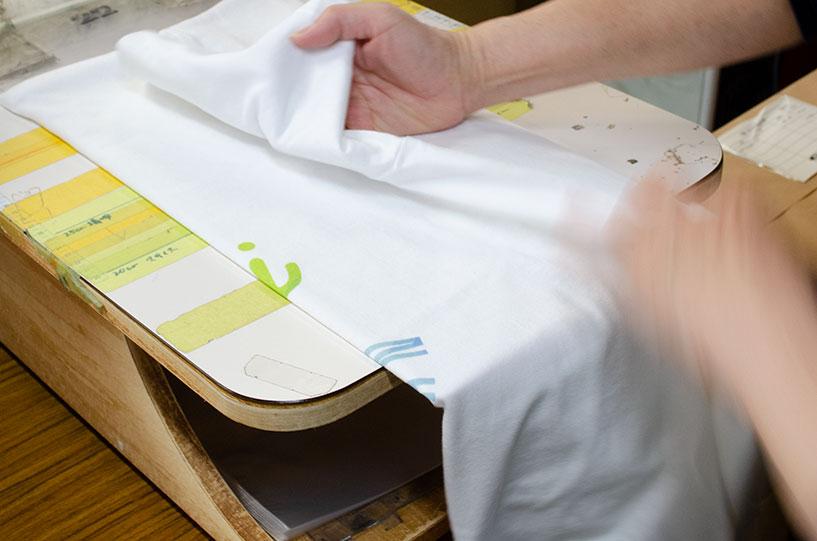 Tシャツのたたみ袋入れ方法